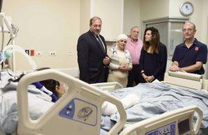 Da esquerda: Rabino Yechiel Eckstein, Presidente, IFCJ; mãe de uma vítima do terror; Prof. Avi Rivkind, chefe da Divisão de Medicina de Emergência; irmã de uma vítima do terror; e Prof. Van Herden, chefe de UTIs.