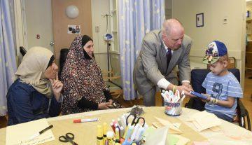 Governador Hogan oferece encorajamento a Muhammad Alkadi, 6 anos, paciente do Departamento de Hemato-Oncologia no Hospital Hadassah Ein Kerem, que chegou ao Hadassah vindo de Rafah em Gaza.
