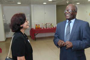 Embaixador Mwanambale conversa com a porta-voz da Keynote Narmada Acharya, ex-formanda da IMPH e Strategic Intervention Advisor para a UN-AIDS, Zambia