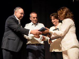 O Hadassah Defender Award foi entregue por Joyce Rabin, Presidente do Hadassah International, a Jeff Kaye (segundo da esquerda), representando a International Fellowship of Christians and Jews (IFCJ). À esquerda está o Prof. Zeev Rotstein, Diretor Geral do Hadassah Medical Center; à direita, Dalia Itzik, porta-voz anterior do Parlamento e Presidente do Hadassah International Israel.