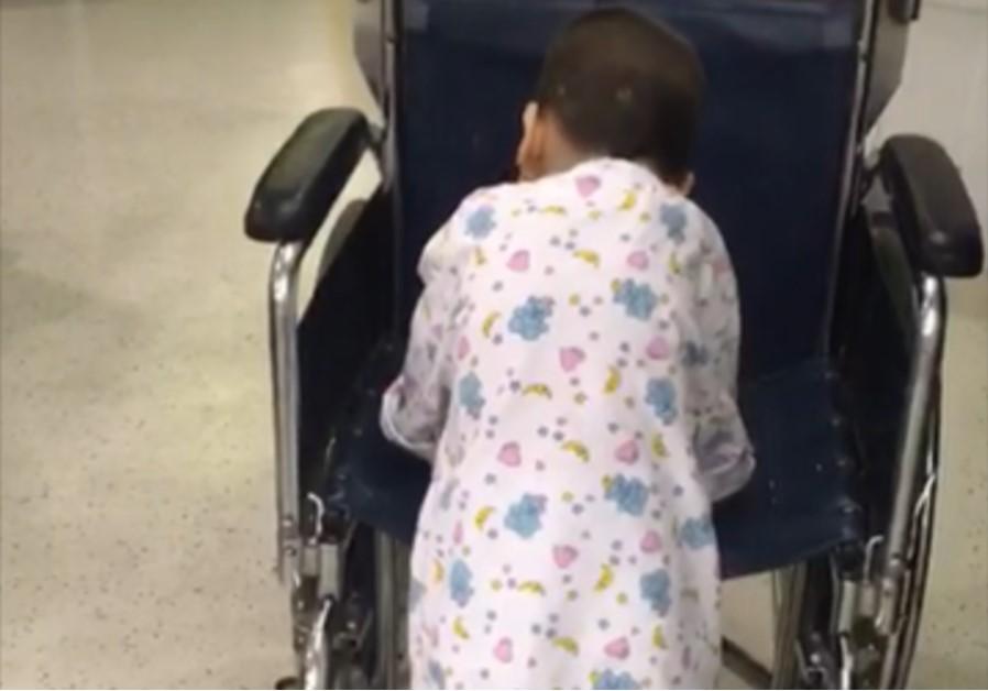 Sliman,4, dá os primeiros passos depois de cirurgia bem sucedida no Hadassah.