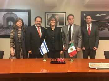 Sra. Ethel Fainstein Diretora Hadassah Mexico (esquerda) Secretário da Saúde, Mexico City, Dr. Armando Ahued; Profa. Esti Galili-Weisstub e Sr. Carlos Glatt (com a bandeira do )México; Vice Embaixador Alon Lavi.