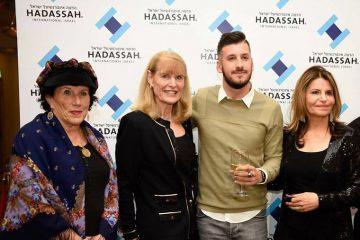 Esquerda para direita: Barbara Sofer, Diretora de Relações Públicas de Israel para o Hadassah na América; Ellen Hershkin, Presidente do Hadassah; Yarin Ashkenazy, soldado ferido; e Dalia Itzik, Presidente do Hadassah International Board e porta-voz anterior do Parlamento de Israel.