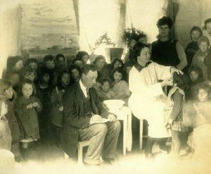 Examinando alunos para tracoma no início do século 20.